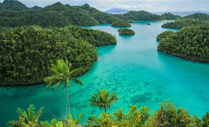 Wayag-inRaja-Ampat,-Sorong,-West-Papua,-Indonesia-shutterstock_1319209028-725-x-400